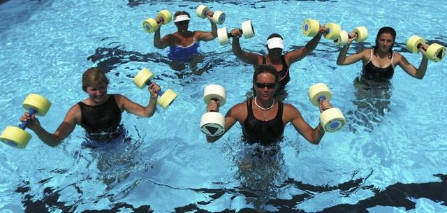 Aerobics dưới nước là môn thể thao chuyên ngành đầu tiên trong danh sách này. Các bài tập trong bể bơi có thể đốt cháy 501 calo/h đối với một người nặng 91kg.