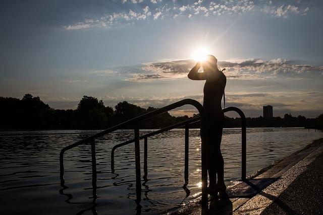 Một người nặng 91 kg bơi nhẹ nhàng và điều độ trong bể có thể đốt cháy 528 calo/h.