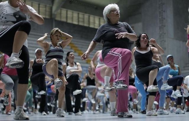Những người tập aerobics động tác mạnh có thể dùng tới 664 calo mỗi giờ.