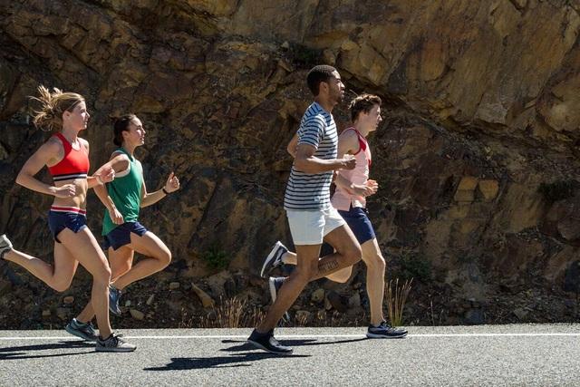 Một người nặng 91kg chạy bộ với vận tốc trung bình là 8km/h sẽ đốt cháy khoảng 755 calo mỗi giờ.