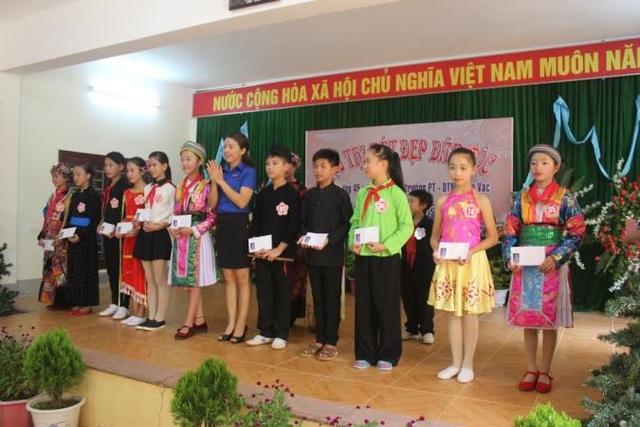Cô giáo Đặng Thị Hồng Mai trao giải thưởng cho các em học sinh tham gia hội thi nét đẹp dân tộc
