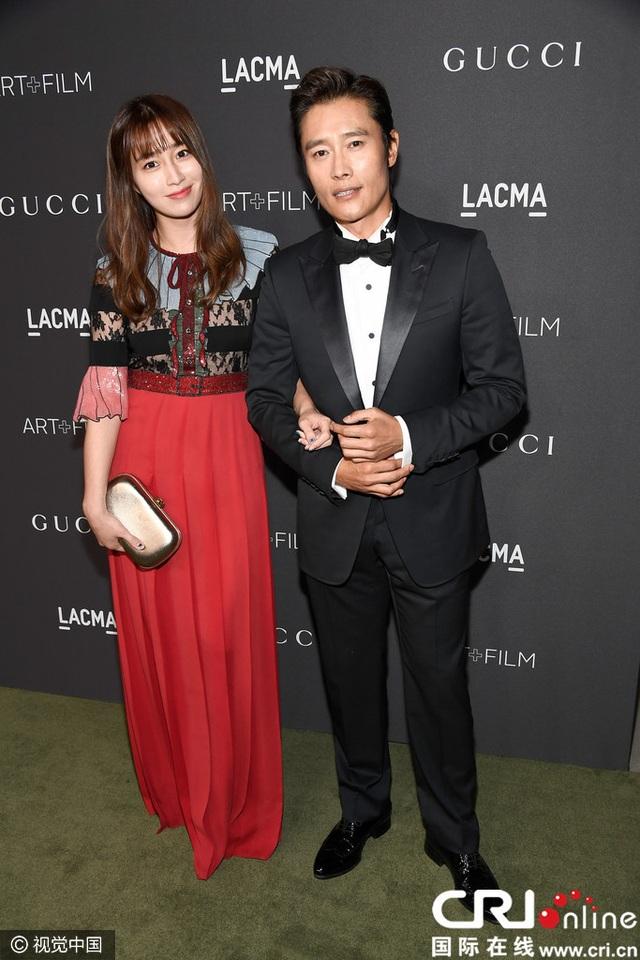Vợ chồng nghệ sĩ xứ Hàn - Lee Byung Heon và Lee Min Jung tay trong tay trên thảm đỏ.