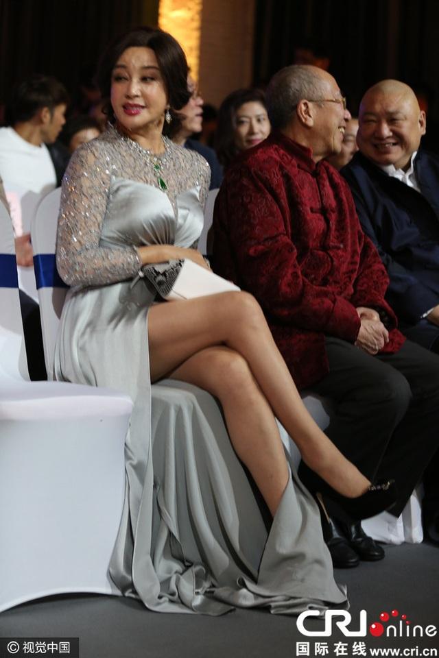 Ngôi sao 61 tuổi diện đầm xẻ cao, giày cao gót và tóc búi cao. Bà trông thực sự rất hấp dẫn và xinh đẹp.