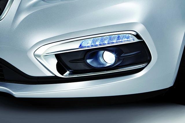 Cùng với đèn pha, cụm đèn sương mù dạng thấu kính làm cho Cruze trở nên tinh tế hơn đồng cải thiện thêm tầm nhìn và độ an toàn khi lái xe.