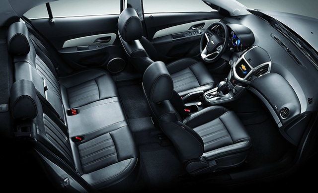 Cả hai phiên bản Chevrolet Cruze đều tạo ấn tượng bởi sự rộng rãi của không gian nội thất. Hàng ghế sau không chỉ mang tới không gian thoải mái cho khách hàng mà còn có khả năng gập 60:40, giúp chủ nhân dễ dàng mở rộng khoang chứa đồ khi cần vận chuyển những đồ vật với kích thước lớn. Hệ thống điều hòa tự động và dàn âm thanh 6 loa mang lại trải nghiệm tuyệt vời trên mỗi chặng đường. Nút mở cốp sau và nút khóa cửa trung tâm tạo sự tiện lợi và đảm bảo sự an toàn cho đồ đạc trên xe.
