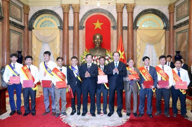 Chủ tịch nước Trần Đại Quang tặng quà cho các đại biểu tại buổi gặp mặt. Ảnh: Nhan Sáng-TTXVN