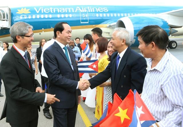 Cán bộ nhân viên Đại sứ quán, lưu học sinh Việt Nam tại Cuba đón Chủ tịch nước Trần Đại Quang và Phu nhân tại sân bay Quốc tế Jose Marti. Ảnh: Nhan Sáng-TTXVN