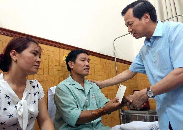 Bộ trưởng Đào Ngọc Dung (bìa phải) hỏi thăm sức khỏe Thiếu tá, phi công Nguyễn Hữu Cường.