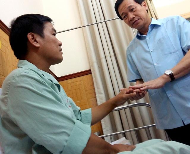 Bộ trưởng Đào Ngọc Dung chuyển lời hỏi thăm của cán bộ, nhân viên ngành LĐ-TB&XH tới Thiếu tá, phi công Nguyễn Hữu Cường.