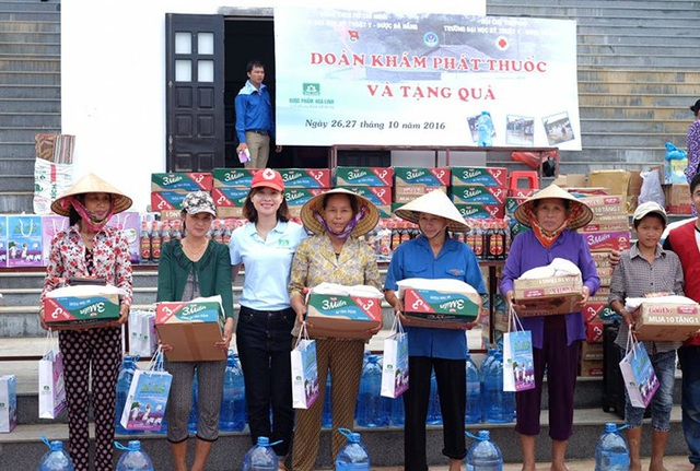 Đoàn đã trao tặng gần 500 suất quà cho các gia đình bao gồm: Mì tôm, gạo, nước uống, nước mắm, khăn mặt…