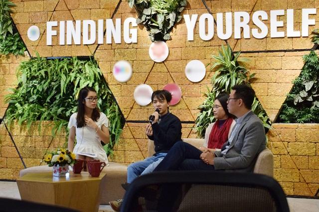MC cùng 3 vị khách mời Phi Phi Anh, Trần Lệ Thùy và Quang Tùng (từ trái qua phải)