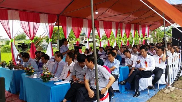 Đông đảo nhân dân đến dự lễ khánh thành nhà tưởng niệm.