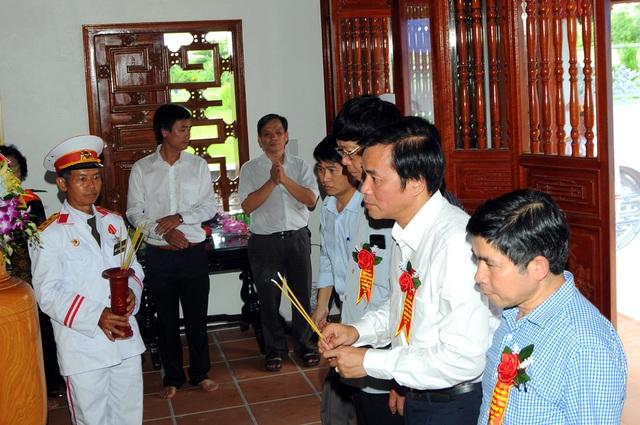 Tổng Thư ký Quốc hội Nguyễn Hạnh Phúc dâng hương trước bàn thờ cố GS Vũ Đình Cự ngày 10/9/2016.