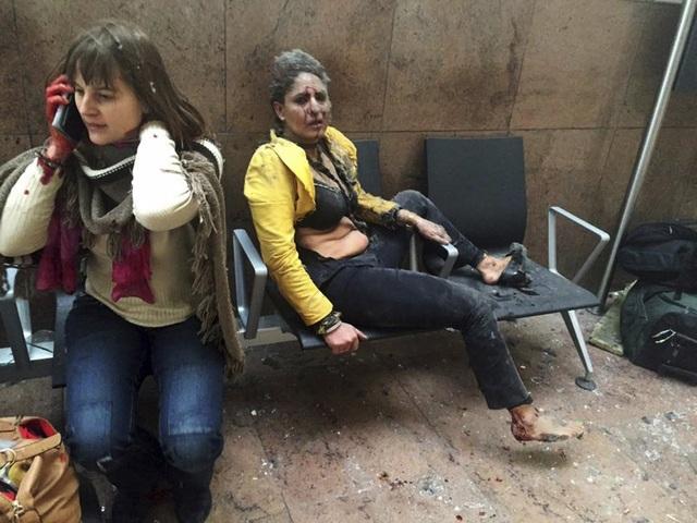 Bức ảnh chụp một nữ tiếp viên hàng không bị thương trong trang phục rách rưới sau vụ khủng bố xảy ra ở sân bay Brussels, Bỉ hồi tháng 3 khiến cả thế giới rúng động. IS đã lên tiếng nhận trách nhiệm về vụ tấn công khiến 34 người thiệt mạng và hàng chục người khác bị thương này. (Ảnh: AP)