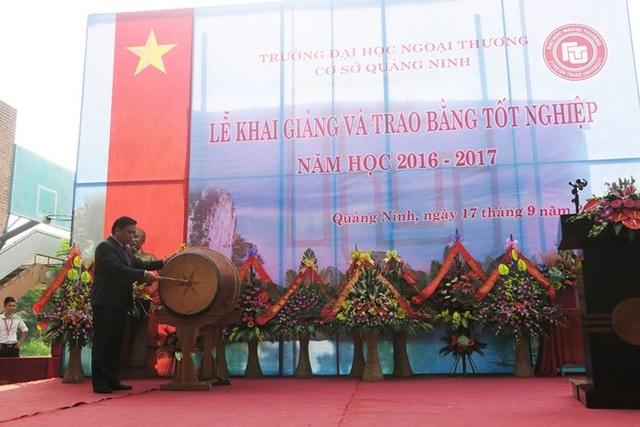 PGS,TS. Bùi Anh Tuấn Hiệu trưởng Nhà trường gióng hồi trống khai trường mở đầu năm học mới 2016 – 2017 tại Cơ sở Quảng Ninh