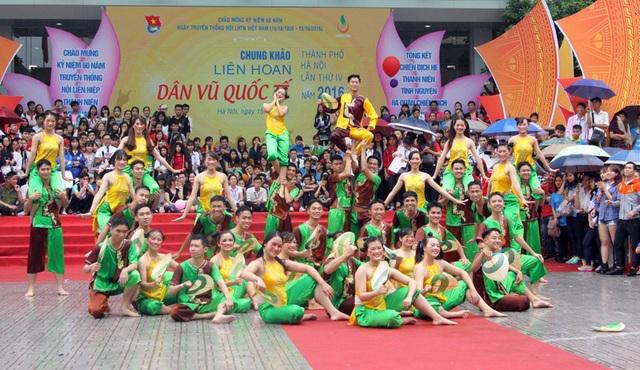 Trong trang phục của những đứa trẻ đồng quê xưa, các bạn sinh viên hòa mình vào điệu nhảy tập thể trên nền nhạc EDM