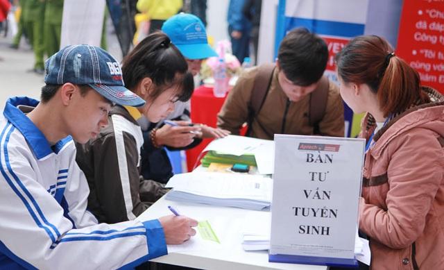 Tư vấn tuyển sinh hướng nghiệp cho học sinh THPT tại Đại học Bách khoa Hà Nội. Ảnh: Phạm Hùng