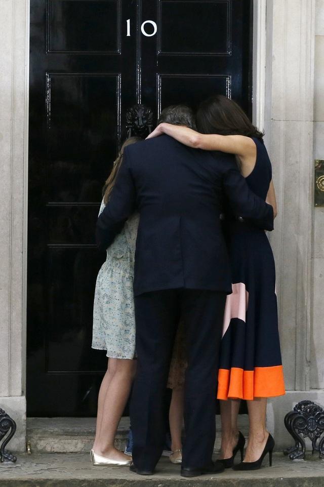 Thủ tướng Anh David Cameron ôm vợ Samantha Cameron, hai con gái Nancy Gwen, Florence Rose Endellion và con trai Arthur Elwen ở bên ngoài căn nhà số 10 phố Downing - phủ Thủ tướng tại trung tâm thủ đô London hôm 13/7 khi ông có bài phát biểu từ chức tại đây sau thất bại trong cuộc trưng cầu dân ý tại Anh về việc ra đi hay ở lại Liên minh châu Âu (EU) (Ảnh: AP)