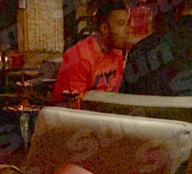 Memphis Depay bị phát hiện hút thuốc trong quán bar