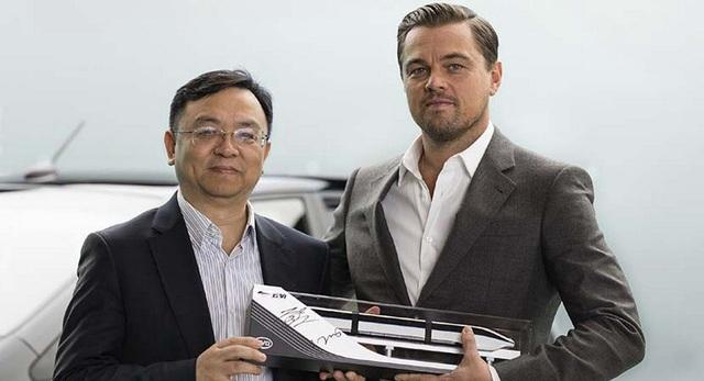 Nhà sáng lập BYD - tỷ phú Wang Chuanfu (trái) và nam tài tử Leonardo DiCaprio trong lễ công bố đại sứ thương hiệu