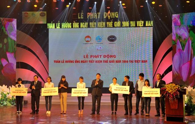 Ông Vũ Tiến Duật – Phó Bí thư thường trực Đảng ủy Vietcombank (thứ 6 từ trái sang) trao sổ tiết kiệm cho các em học sinh