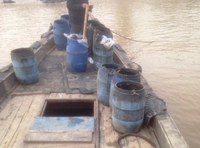 Chiếc thuyền chở chất thải lỏng đổ ra biển