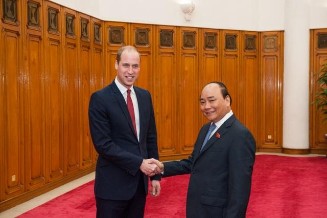 Hoàng tử Anh William bắt đầu chuyến thăm Việt Nam ngày 16/11. Vào chiều qua, Thủ tướng Chính phủ Nguyễn Xuân Phúc đã tiếp Công tước xứ Cambridge tại trụ sở Chính phủ. (Ảnh: Đại sứ quán Anh tại Việt Nam)