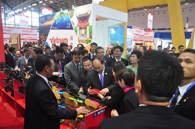 Thủ tướng tới gian hàng của doanh nghiệp Việt Nam