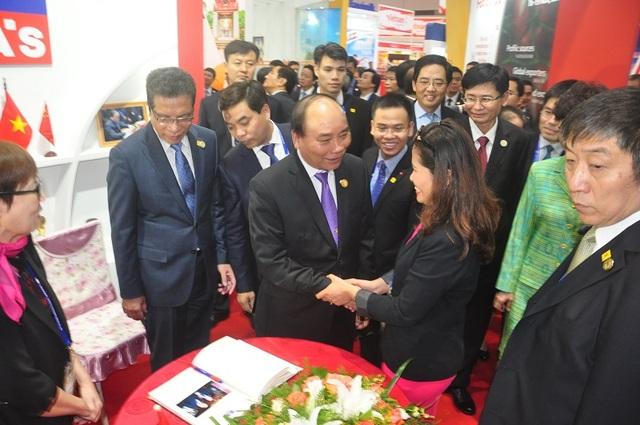 Thủ tướng thăm gian hàng của doanh nghiệp Việt Nam