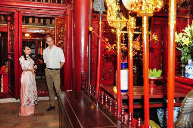 Hoàng tử William lắng nghe hưỡng dẫn viên giới thiệu về đền Ngọc Sơn. (Ảnh: ĐSQ Anh tại Việt Nam)