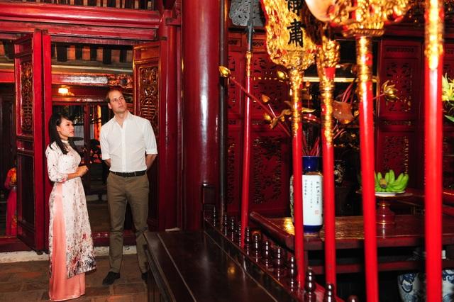 Hướng dẫn viên giới thiệu về đền Ngọc Sơn với Hoàng tử William. (Ảnh: Đại sứ quán Anh)