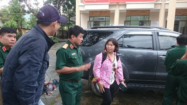 Thượng Tướng Võ Văn Tuấn (giữa) trực tiếp chủ trì cuộc họp, lên phương án tìm kiếm máy bay gặp nạn.