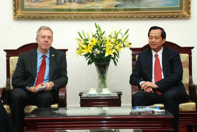 Bộ trưởng Đào Ngọc Dung (bên phải) tiếp ông Ted Osius - Đại sứ Hoa kỳ tại Việt Nam.