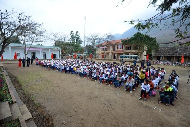Đông đảo các em học sinh Trường THCS Chiềng Sơ tham dự lễ khánh thành 5 phòng học Dân trí do Hệ thống Giáo dục Vinschool và báo Dân trí tài trợ