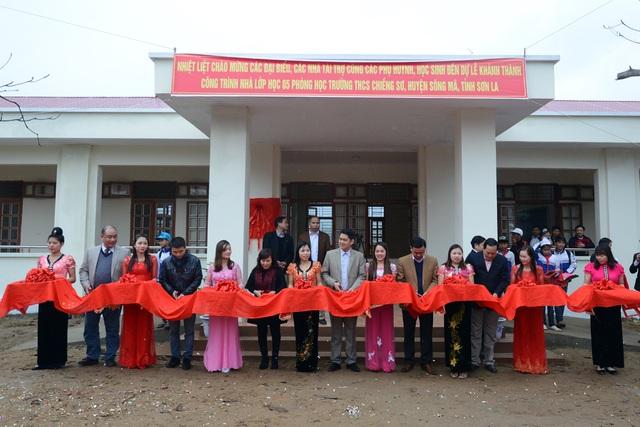 Các đại biểu cắt băng khánh thành công trình 5 phòng học Dân trí do Vinschool và báo Dân trí tài trợ xây dựng
