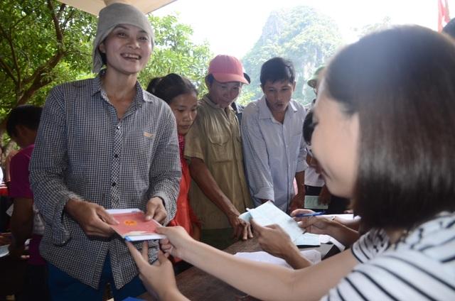 Các tình nguyện viên của Hoà Phát trao quà tận tay cho người dân bị nạn