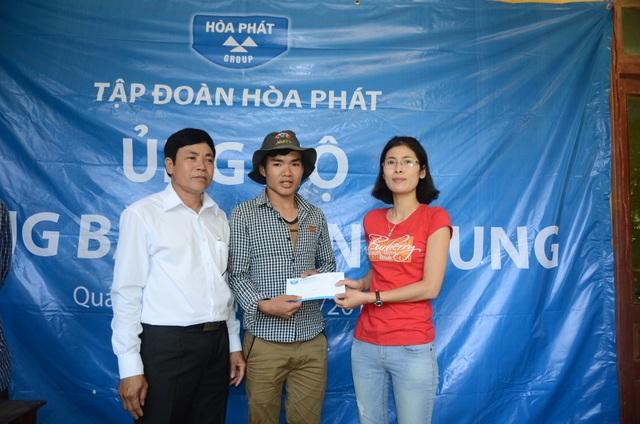 Người dân địa phương nhận quà cứu trợ của Tập đoàn Hoà Phát
