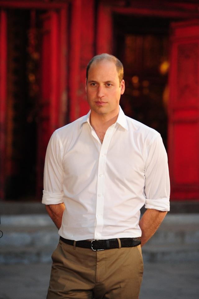 Hoàng tử Anh đã có chuyến thăm đền Ngọc Sơn kéo dài khoảng 20 phút, trước khi trở ra bên ngoài và gặp gỡ người dân địa phương và khách du lịch. (Ảnh: ĐSQ Anh tại Việt Nam)