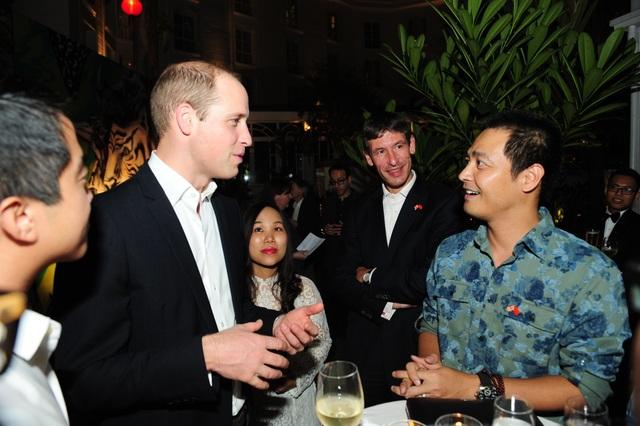 Vào tối ngày 16/11, Hoàng tử William đã gặp gỡ khoảng 50 người Việt trẻ trong các lĩnh vực nghệ thuật, kinh tế, xã hội dân sự... (Ảnh: Đại sứ quán Anh)