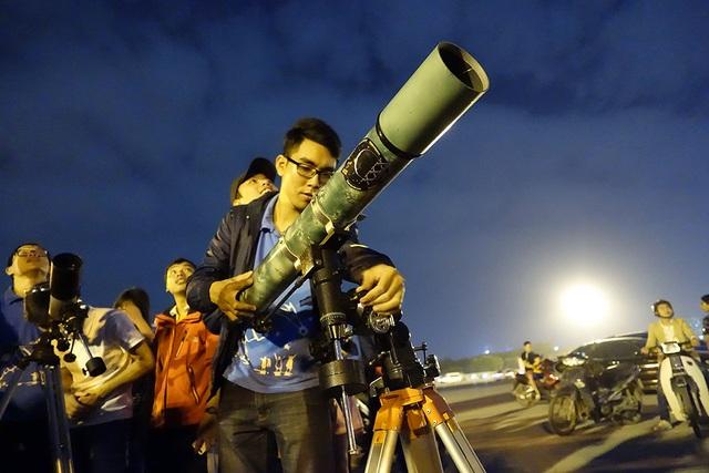 Một chiếc kính thiên văn thuộc dạng khủng phát huy tác dụng trong đêm siêu trăng.