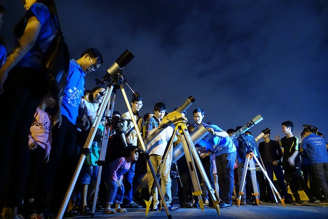 Loạt ống thiên văn dàn hàng trên quảng trường SVĐ Mỹ Đình để phục vụ ngắm siêu trăng.