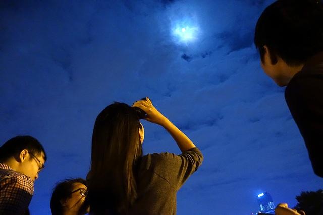 Bầu trời sáng ánh trăng giữa đêm rằm. Phải đến năm 2034 hiện tượng này mới lặp lại.