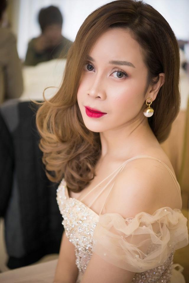 Lưu Hương Giang mang đến vẻ dịu dàng, mỏng manh khi xuất hiện với chiếc váy tông màu da.
