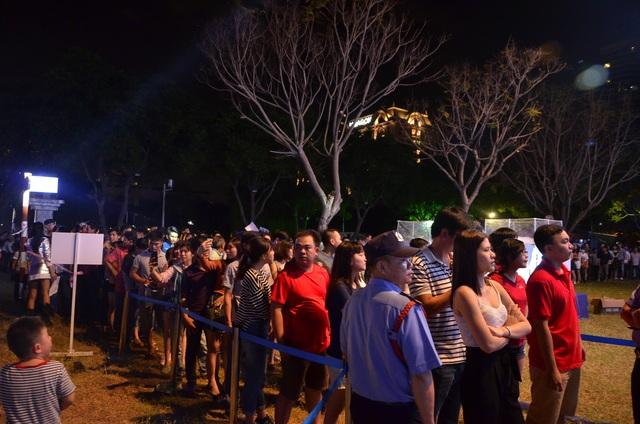 Hàng nghìn người đổ về phố đi bộ Nguyễn Huệ chào đón năm mới 2017 - 7