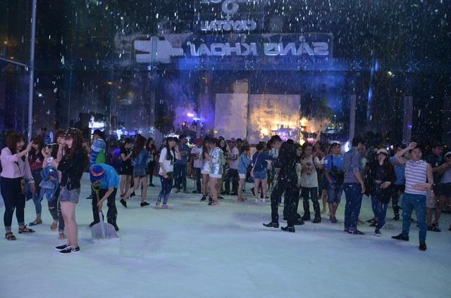 Người dân xếp hàng vào trải nghiệm cảm giác băng tuyết ở Phú Mỹ Hưng, quận 7
