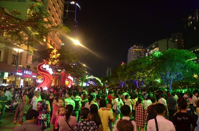 Hàng nghìn người đổ về phố đi bộ Nguyễn Huệ chào đón năm mới 2017 - 1