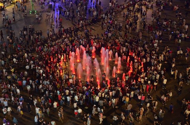 Người dân tập trung ở khu vực nhạc nước tại phố đi bộ Nguyễn Huệ