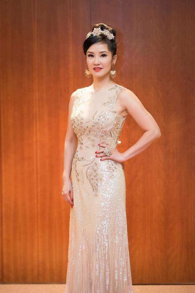 Diva Hồng Nhung cũng xuất hiện với vẻ tươi trẻ bất chấp tuổi tác.