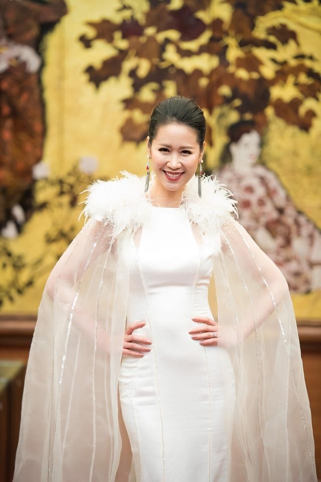 Dương Thùy Linh diện hai mẫu váy dạ hội quyến rũ.