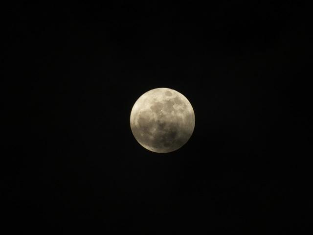 Thỉnh thoảng mặt trăng cũng bị mây che khuất. Tuy nhiên, thời tiết ở Hà Nội trong buổi tối diễn ra siêu trăng được đánh giá là thuận lợi, nhất là ở thời điểm đầu mùa Đông vốn nhiều mây mù.